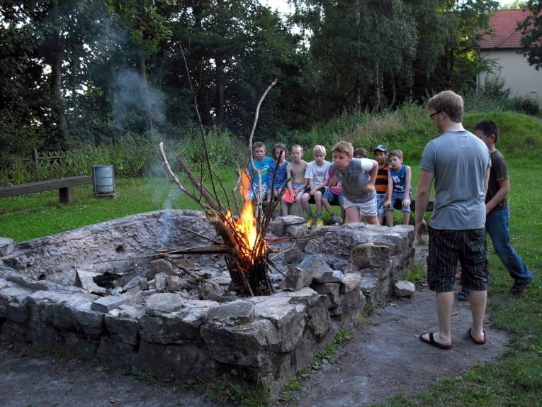 Kinder beim Lagerfeuer