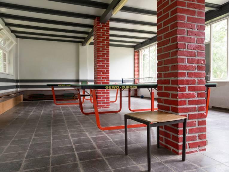 Eine Halle mit Tischtennisplatten.