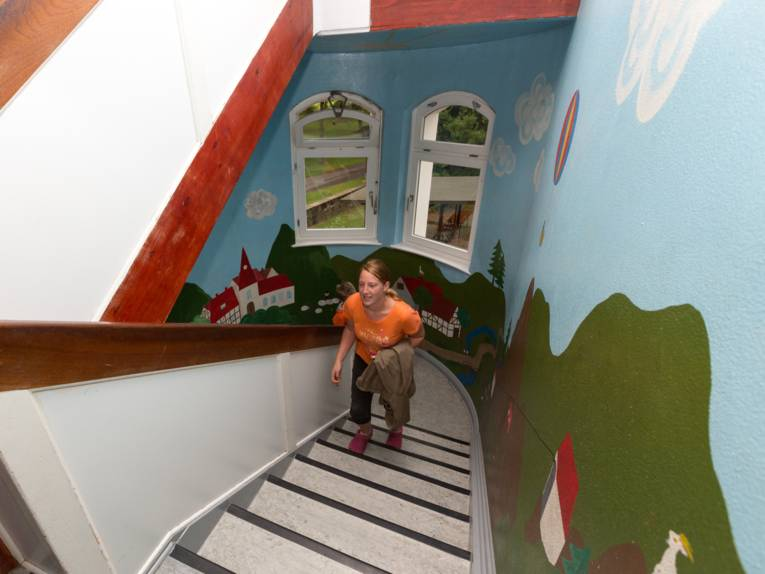 Eine Frau kommt die Treppe herauf.